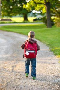 Menino a caminho da escola