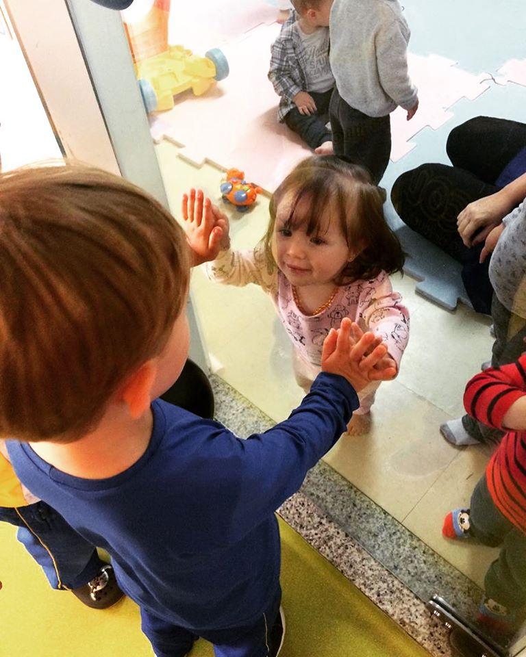 A Criança Tem A Euforia E A Alegria De Uma Roda De Amigos