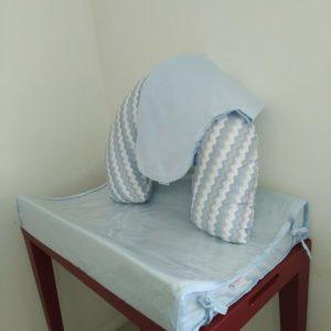 Almofada de Amamentação – Chevron azul, cinza e branco + capa extra azul bebê
