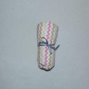 Lençol Para Mini Berço Agarradinho para colchões de 86x42x8 – Chevron Rosa e Mostarda Colo de Mãe